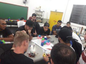 Estudantes de engenharia mecânica testam teorias em aulas práticas nos laboratórios